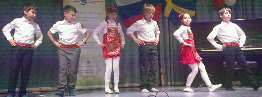Barnteatergruppen framträder på festival
